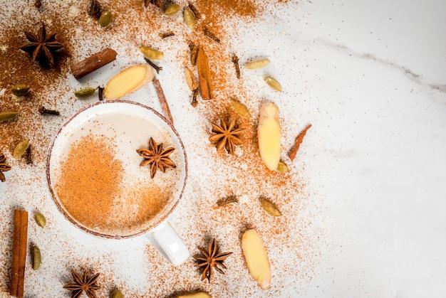 De traditionele indische thee van masalachai met kruidenkaneel, kardemom, witte anijsplant. bovenaanzicht copyspace