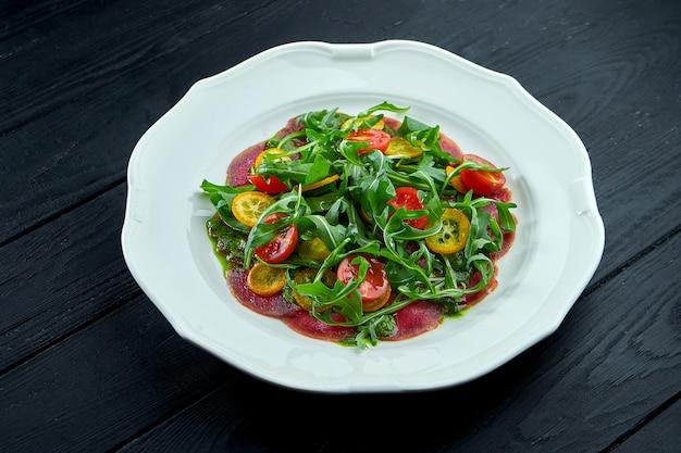 De traditionele italiaanse aperitiefsalade is vitello tonnato.