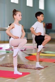 De training van jonge dansers in de balletstudio.