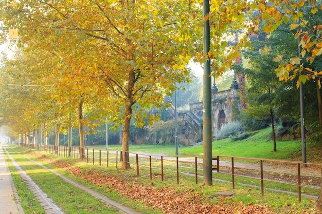 De tram van milaan in perspectief tijdens de herfstseizoen