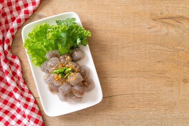 De transparante ballen heten saku sai moo of steamed tapioca dumplings ball with pork filling