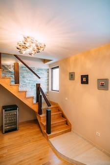 De trap in het interieur van het appartementontwerp van het appartement