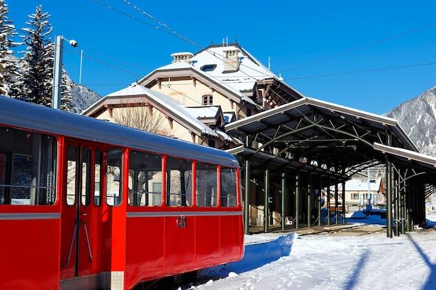 De trein van chamonix in besneeuwde bergen