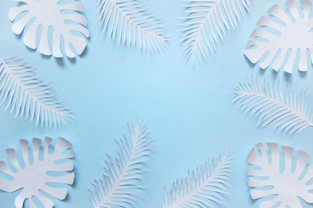 De tropische hand snijdt installatievormen op blauwe achtergrond