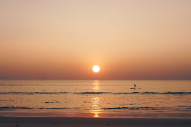 De tropische tijd van de de zonsonderganghemel van het aard schone strand met zon lichte achtergrond.