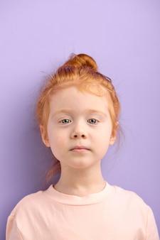De trotse kaukasisch tribune van het kindmeisje die ernstig en zelfverzekerd vooraan kijken