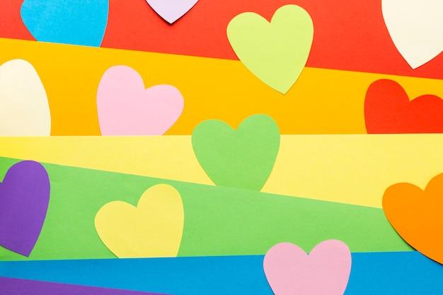 De trotsvlag van de regenboog en hart post-itnota's