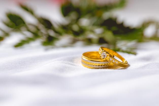 De trouwringen van het paar worden op de stof geplaatst