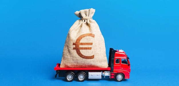 De truck heeft een enorme zak met eurogeld. geweldige investering. anticrisismaatregelen van de overheid