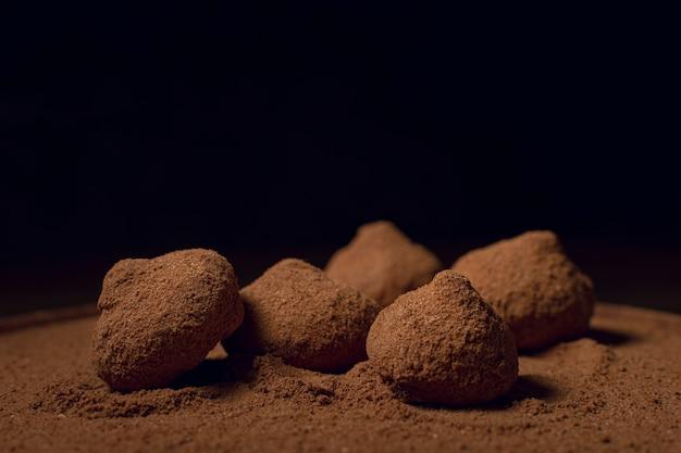 De truffels zwarte achtergrond van de chocoladekoffie