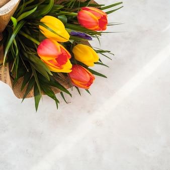 De tulp bloeit boeket in pakpapier op lichte lijst
