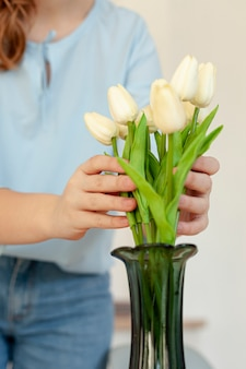 De tulpen van de vrouwenholding dicht omhoog