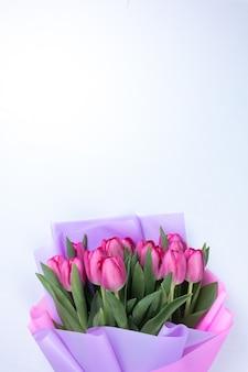 De tulpen zijn verpakt in mooi cadeaupapier. roze bloemknoppen voor het lentefestival