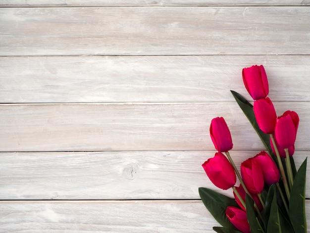 De tulpenbloemen van de lente op oude houten