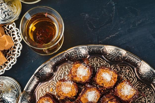 De turkse arabische desserts op verzilverd tafelgerei sluiten omhoog