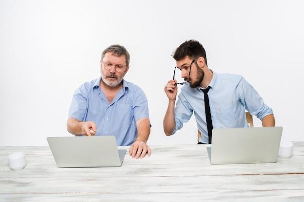 De twee collega's werken samen op kantoor