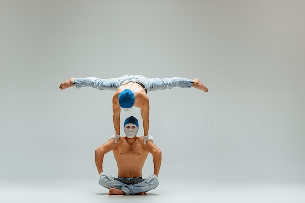 De twee gymnastische acrobatische blanke mannen poseren per saldo