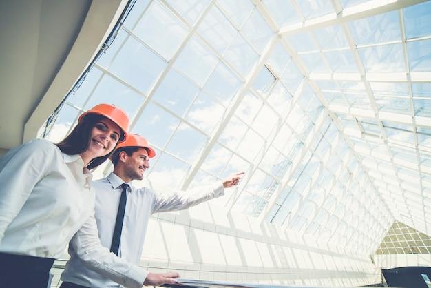 De twee ingenieurs demonstreren het gebouw