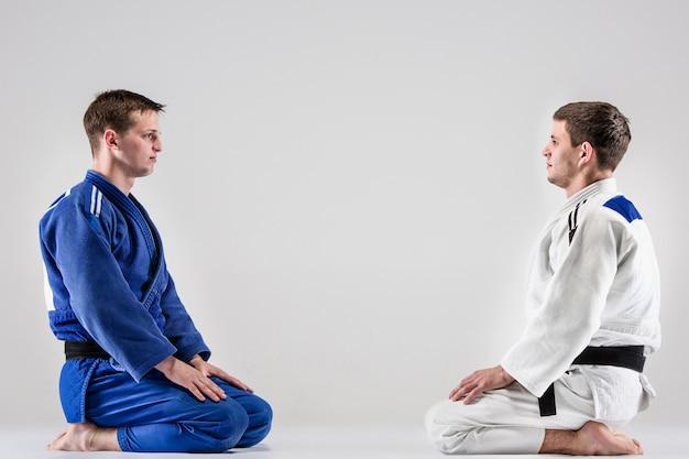 De twee judoka'sjagers vechten tegen mannen