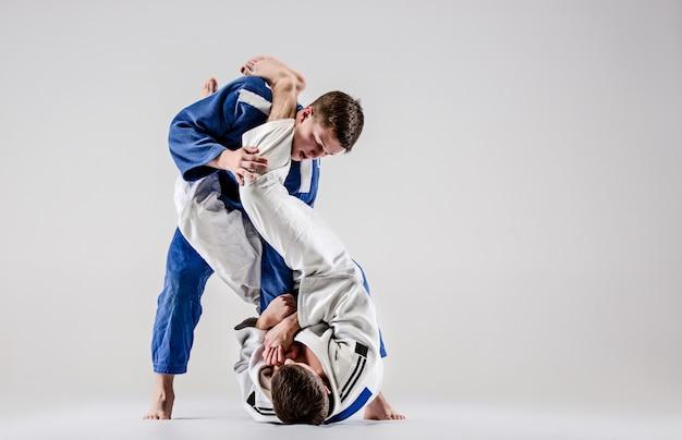 De twee judokastrijders vechten tegen mannen