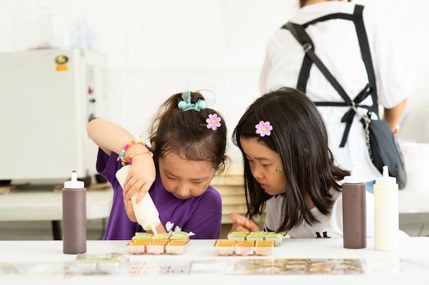 De twee kinderen maken iets met concentratie.
