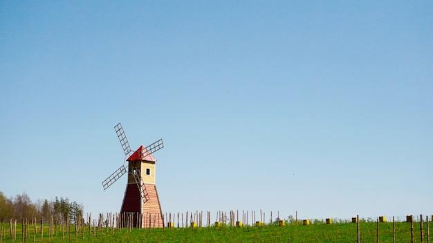 De typische rode windmolen die in de velden staat het landelijke landschap