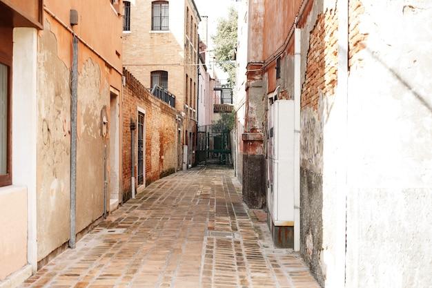 De typische scène van de achterstraatbinnenplaats in venetië.