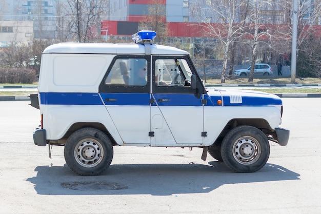 De uaz-469 (1971 - heden) is een lichte terreinwagen. uaz-469ap is een politiepatrouillewagen met een geïsoleerde vijfdeurs metalen carrosserie en optionele speciale uitrusting. oeljanovsk, rusland.