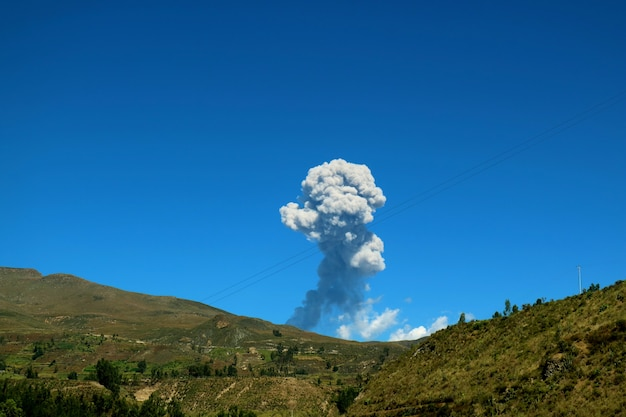 De uitbarsting van sabancaya-vulkaanmening van het hoogland dichtbij arequipa, peru
