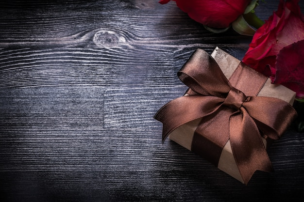 De uitgebreide rozen pakten huidige doos op het houten concept van raadsvakanties in