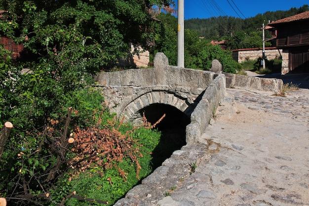 De uitstekende brug in koprivshtitsa, bulgarije
