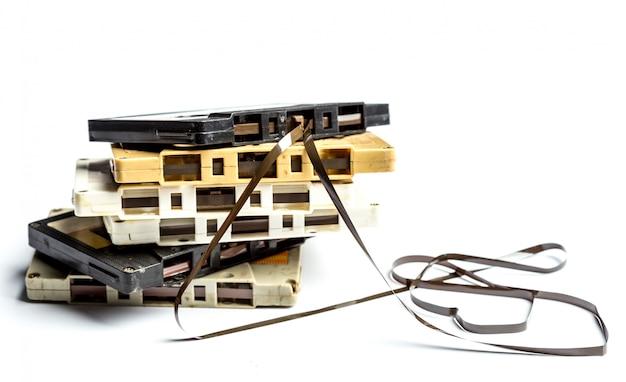 De uitstekende cassetteband isoleerde witte achtergrond