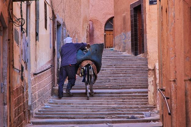 De uitstekende straat in de stad van gr atteuf, de woestijn van de sahara, algerije