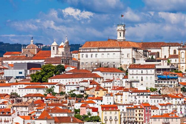 De universiteit van coimbra is een openbare universiteit in coimbra, portugal. opgericht in 1290, is het een van de oudste universiteiten ter wereld