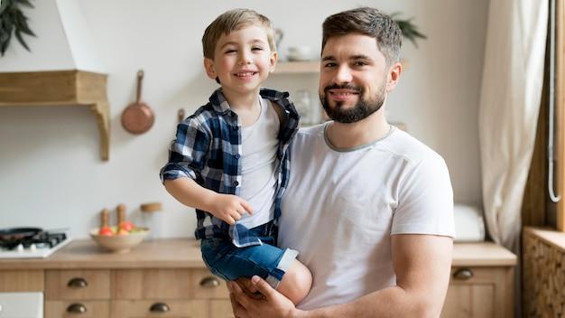De vader en de zoon die van smiley quality time samen doorbrengen