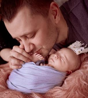 De vader omhelst zijn dochter