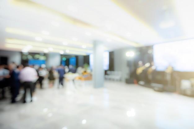 De vage achtergrond van businesseople komt in het concept van de succespartij samen
