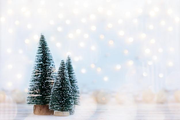 De vakantieachtergrond van kerstmis met spar drie.