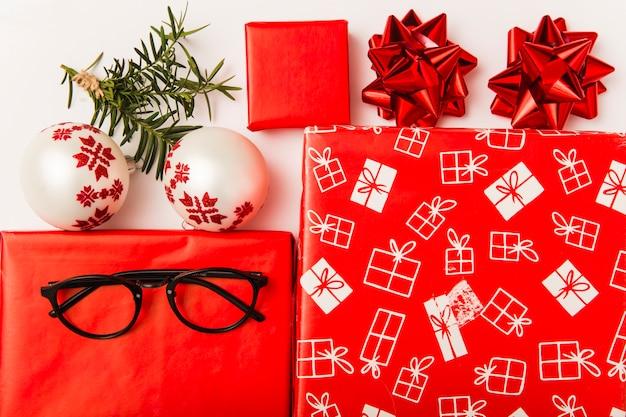 De vakjes van de kerstmisgift met kleurrijke ornamenten op witte achtergrond