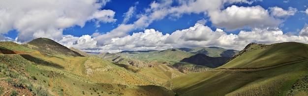 De vallei in de bergen van de kaukasus van armenië