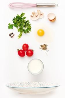 De vallende ingrediënten van gebakken ei. gezonde ontbijtingrediënten. vliegend voedsel