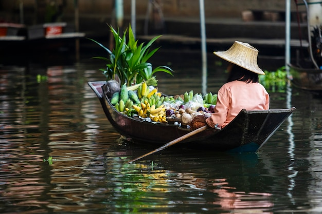 De varende boot van de fruitverkoper in dumneon saduak drijvende marktratchaburi thailand