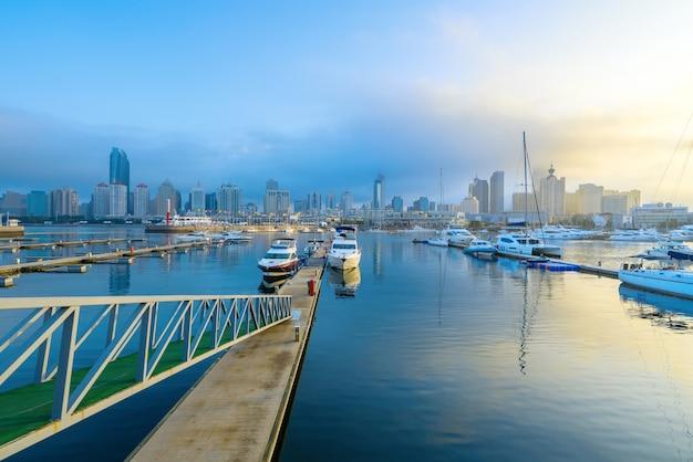 De varende boten dokken bij de olympische varende centrumpijler in qingdao, china
