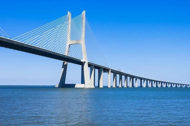 De vasco da gama-brug in lissabon, portugal. het is de langste brug van europa