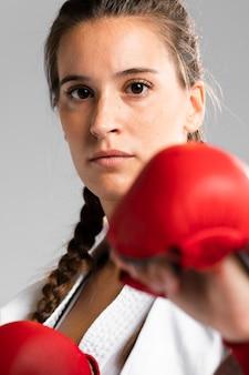 De vechtsportenvrouw van de close-up klaar te vechten