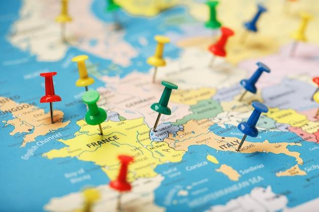 De veelkleurige knoppen geven de locatie en coördinaten van uw bestemming op de landkaart aan