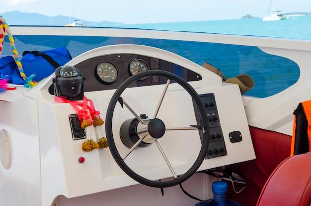 De veerboot van het schip besturen