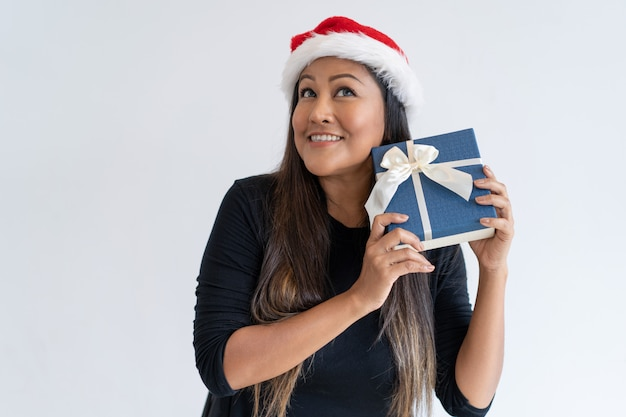 De verbaasde mengeling rent vrouw in kerstmishoed