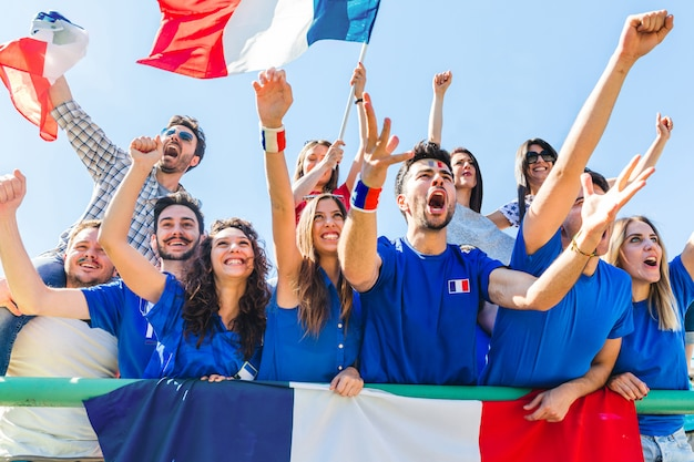 De verdedigers die van frankrijk bij stadion met vlaggen vieren