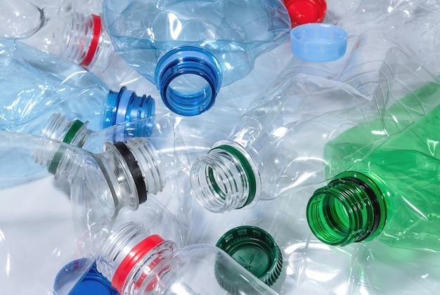 De verfrommelde plastic flessen sluiten omhoog